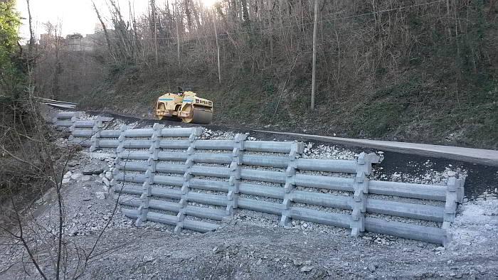 Realizzazione di muro con gradonatura sia alla base che in sommità. Tale procedura è servita per seguire la pendenza della strada