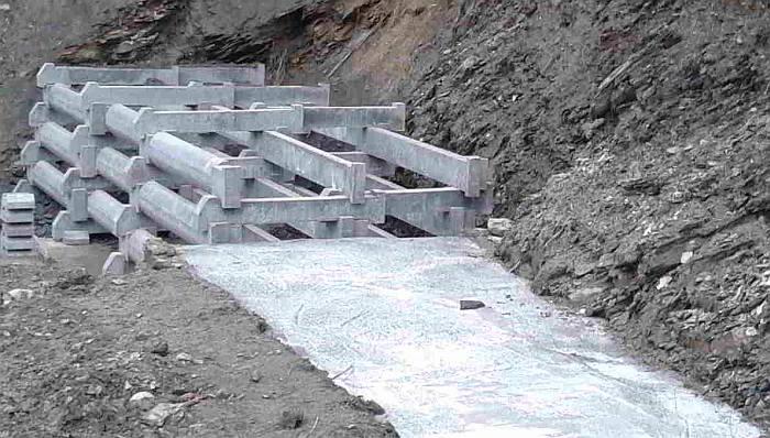 Fase montaggio di muro a cella doppia su basamento a gradoni